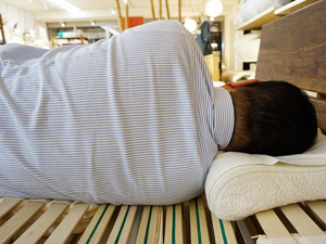 肩の落ちる敷寝具で肩こりを軽減